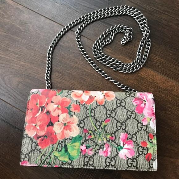 852306059f2 Gucci Handbags - Gucci GG Blooms Supreme Chain Wallet